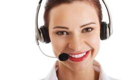 Όμορφη γυναίκα στο τηλεφωνικό κέντρο με το μικρόφωνο και τα ακουστικά. Στοκ Εικόνες