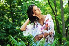Όμορφη γυναίκα στο τροπικό δάσος Στοκ Φωτογραφίες