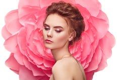 Όμορφη γυναίκα στο υπόβαθρο ενός μεγάλου λουλουδιού στοκ φωτογραφία