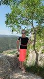 Όμορφη γυναίκα στο υπόβαθρο των βουνών, στο χωριό Siurana στοκ εικόνες