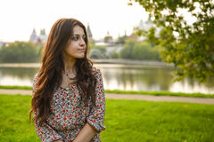 Όμορφη γυναίκα στο φόρεμα στο πορτρέτο κινηματογραφήσεων σε πρώτο πλάνο υποβάθρου ποταμών Στοκ φωτογραφία με δικαίωμα ελεύθερης χρήσης