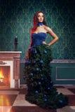Όμορφη γυναίκα στο φόρεμα χριστουγεννιάτικων δέντρων φαντασίας στον πλούσιο τρύγο Στοκ Εικόνες