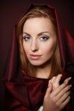 Όμορφη γυναίκα στο ύφασμα κόκκινου χρώματος Στοκ εικόνες με δικαίωμα ελεύθερης χρήσης