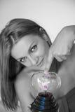 Όμορφη γυναίκα σχετικά με την ηλεκτρική καρδιά αστραπής Στοκ εικόνες με δικαίωμα ελεύθερης χρήσης