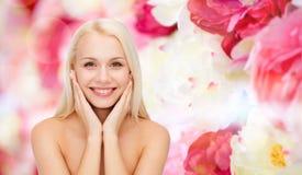 Όμορφη γυναίκα σχετικά με το δέρμα προσώπου της Στοκ εικόνα με δικαίωμα ελεύθερης χρήσης