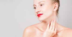 Όμορφη γυναίκα σχετικά με το λαιμό της Τέλειο φρέσκο δέρμα 'Εφαρμογή' του διαφανούς βερνικιού δερμάτων προσοχής Στοκ Εικόνα