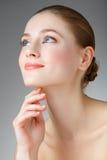 Όμορφη γυναίκα σχετικά με το λαιμό της χαμόγελο κοριτσιών μπλε &m Στοκ Εικόνα