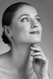 Όμορφη γυναίκα σχετικά με το λαιμό της Στοκ εικόνες με δικαίωμα ελεύθερης χρήσης