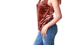 Όμορφη γυναίκα σωμάτων με τα καφετιά πουκάμισα και το τζιν παντελόνι Στοκ Φωτογραφίες