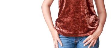 Όμορφη γυναίκα σωμάτων με τα καφετιά πουκάμισα και το τζιν παντελόνι Στοκ Φωτογραφία