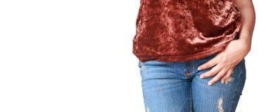 Όμορφη γυναίκα σωμάτων με τα καφετιά πουκάμισα και το τζιν παντελόνι Στοκ Εικόνες