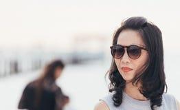Όμορφη γυναίκα της Ταϊλάνδης μέσα υπαίθρια στη σύσταση παραλιών/σιταριού προστιθέμενη στοκ εικόνες