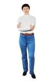 Όμορφη γυναίκα που φορά το τζιν παντελόνι και άσπρο Turtleneck Στοκ Εικόνες
