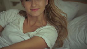 Όμορφη γυναίκα τρόπου ζωής που ξυπνά στο κρεβάτι στο σπίτι απόθεμα βίντεο