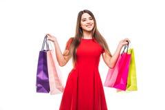 Όμορφη γυναίκα χαμόγελου με τις shoping τσάντες χρώματος στα χέρια στο άσπρο υπόβαθρο Στοκ φωτογραφίες με δικαίωμα ελεύθερης χρήσης