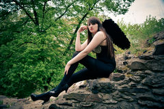 Όμορφη γυναίκα ως μαύρο άγγελο Στοκ Φωτογραφία