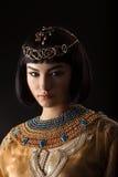 Όμορφη γυναίκα όπως την αιγυπτιακή βασίλισσα Κλεοπάτρα με το πρόσωπο serius στο μαύρο υπόβαθρο Στοκ φωτογραφία με δικαίωμα ελεύθερης χρήσης