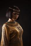 Όμορφη γυναίκα όπως την αιγυπτιακή βασίλισσα Κλεοπάτρα με το πρόσωπο serius στο μαύρο υπόβαθρο στοκ εικόνες με δικαίωμα ελεύθερης χρήσης