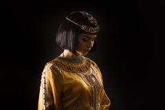 Όμορφη γυναίκα όπως την αιγυπτιακή βασίλισσα Κλεοπάτρα με το λυπημένο πρόσωπο στο μαύρο υπόβαθρο Στοκ φωτογραφία με δικαίωμα ελεύθερης χρήσης