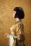 Όμορφη γυναίκα όπως την αιγυπτιακή βασίλισσα Κλεοπάτρα στο χρυσό υπόβαθρο Πλάγια όψη, σχεδιάγραμμα προσώπου Στοκ φωτογραφία με δικαίωμα ελεύθερης χρήσης