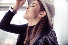 Όμορφη γυναίκα boho στο καπέλο μαλλιού Στοκ εικόνα με δικαίωμα ελεύθερης χρήσης