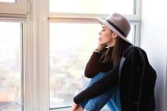 Όμορφη γυναίκα boho στο καπέλο μαλλιού Στοκ φωτογραφία με δικαίωμα ελεύθερης χρήσης
