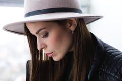 Όμορφη γυναίκα boho στο καπέλο μαλλιού Στοκ Εικόνες