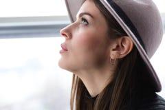 Όμορφη γυναίκα boho στο καπέλο μαλλιού Στοκ Εικόνα