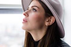 Όμορφη γυναίκα boho στο καπέλο μαλλιού Στοκ εικόνες με δικαίωμα ελεύθερης χρήσης