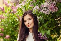 Όμορφη γυναίκα brunette με τη μακροχρόνια υγιή τρίχα και το φυσικό makeup στοκ φωτογραφία με δικαίωμα ελεύθερης χρήσης