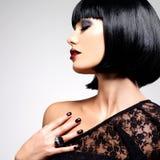 Όμορφη γυναίκα brunette με τον πυροβολισμό hairstyle Στοκ Εικόνα