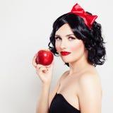 Όμορφη γυναίκα brunette με το μήλο Στοκ Εικόνες