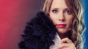 Όμορφη γυναίκα brunette με το μαύρο ανεμιστήρα διαθέσιμο Στοκ εικόνες με δικαίωμα ελεύθερης χρήσης