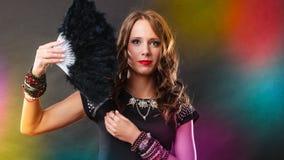 Όμορφη γυναίκα brunette με το μαύρο ανεμιστήρα διαθέσιμο Στοκ φωτογραφία με δικαίωμα ελεύθερης χρήσης