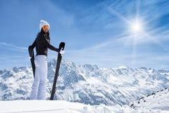 Όμορφη γυναίκα brunette με το σκι Στοκ Φωτογραφία