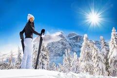Όμορφη γυναίκα brunette με το σκι Στοκ φωτογραφία με δικαίωμα ελεύθερης χρήσης