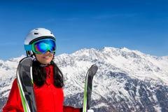 Όμορφη γυναίκα brunette με το σκι Στοκ φωτογραφίες με δικαίωμα ελεύθερης χρήσης