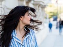 Όμορφη γυναίκα brunette που κινεί την τρίχα του στοκ εικόνες