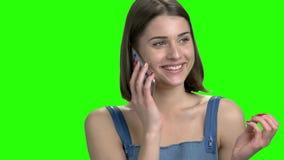 Όμορφη γυναίκα brunette που μιλά στο τηλέφωνο με το φίλο της φιλμ μικρού μήκους