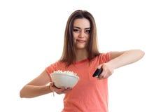 Όμορφη γυναίκα brunette που προσέχει μια TV με pop-corn Στοκ φωτογραφία με δικαίωμα ελεύθερης χρήσης