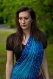 Όμορφη γυναίκα brunette που φορά το ινδικά φόρεμα και το μαντίλι Στοκ Εικόνα