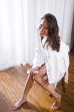 Όμορφη γυναίκα brunette που φορά το μπουρνούζι στοκ φωτογραφία με δικαίωμα ελεύθερης χρήσης