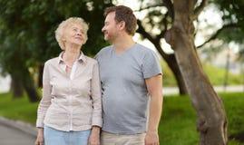Όμορφη γυναίκα eldery και ο αυξημένος γιος UPS της μαζί στο πάρκο στοκ εικόνες