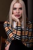 Όμορφη γυναίκα glamor blondie στο κομψό σακάκι με το βράδυ makeup, τη συνεδρίαση και την τοποθέτηση Στοκ φωτογραφία με δικαίωμα ελεύθερης χρήσης