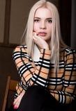Όμορφη γυναίκα glamor blondie στο κομψό σακάκι με το βράδυ makeup, τη συνεδρίαση και την τοποθέτηση Στοκ εικόνα με δικαίωμα ελεύθερης χρήσης