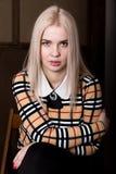 Όμορφη γυναίκα glamor blondie στο κομψό σακάκι με το βράδυ makeup, τη συνεδρίαση και την τοποθέτηση Στοκ φωτογραφίες με δικαίωμα ελεύθερης χρήσης