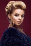 Όμορφη γυναίκα glamor blondie στο παλτό γουνών, που εξισώνει makeup και hairstyle Η ομορφιά του προσώπου στοκ φωτογραφίες