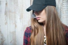 Όμορφη γυναίκα hipster με το καπέλο και το τσιγάρο Στοκ Εικόνα