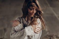 Όμορφη γυναίκα hipster στα ανεξάρτητη δισκογραφική εταιρία ενδύματα boho, που θέτουν το χειμώνα Στοκ φωτογραφία με δικαίωμα ελεύθερης χρήσης