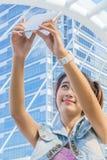 Όμορφη γυναίκα selfie στην πόλη στοκ εικόνα